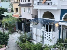 Bán gấp nhà 2 lầu mới đẹp nở hậu hẻm 40 Nguyễn Khoái quận 4.