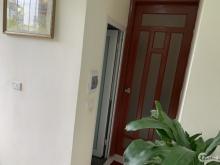 Cần cho thuê nhà tại phố Chùa Láng, nhiều tiện ích, giá tốt.