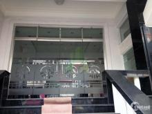 Văn phòng đang trống nằm trong tòa nhà lớn tọa lạc trên đường Phan Đăng Lưu, Q.